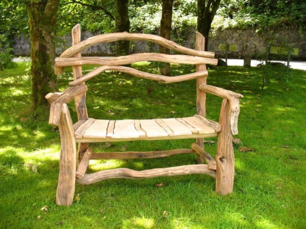 Садовую мебель можно смастерить из материалов, которые всегда имеются под рукой