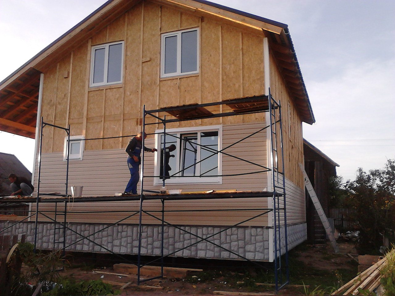 Сайдинг надежно защитит стены дома от сырости.