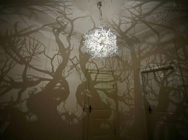 Самодельная люстра превратила комнату в таинственные джунгли.