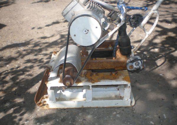 Самодельная виброплита из мотоблока — со старого агрегата взят двигатель и рама, на которой он закреплен