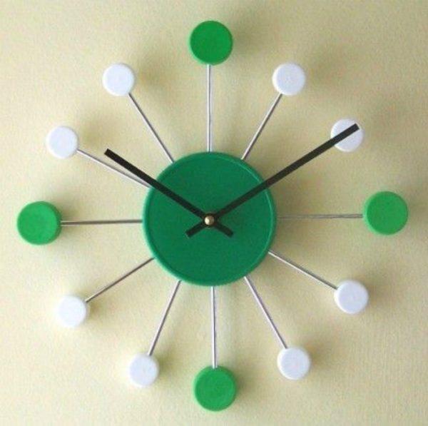 Самодельные оригинальные часы из крышек от пластиковой тары могут выгодно выделяться на фоне фабричного мебельного интерьера