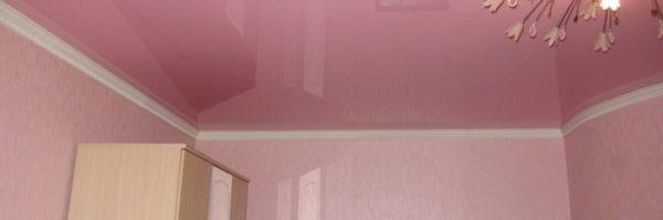 Самое важное требование при монтаже плинтуса на натяжной потолок — аккуратность, примыкание должно быть идеальным по всему периметру