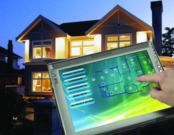 Самые продвинутые системы позволяют управлять как домашним, так и уличным освещением с помощью компьютера, планшета или смартфона