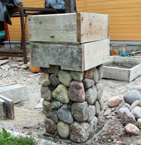 Сделать каменные столбы для кованого забора – задача сложная