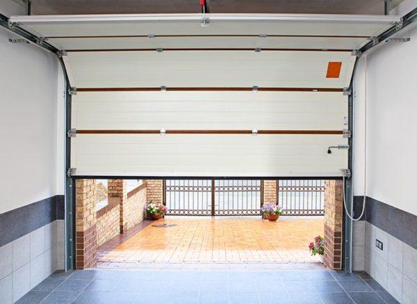 Сэндвич-панели толщиной 40 мм обеспечивают хорошее утепление дверного проема гаража