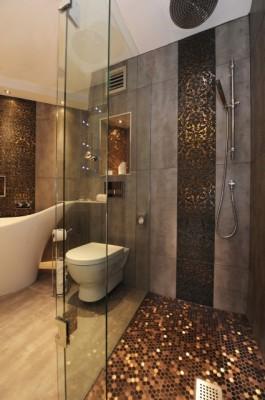 Шестиугольная мозаика на полу ванной