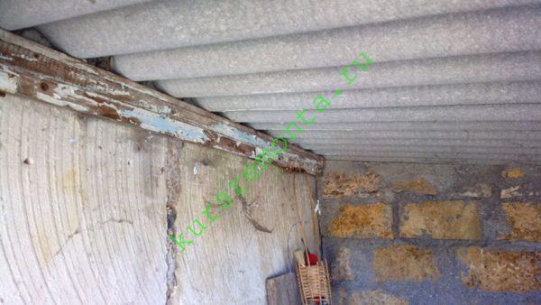 Шиферная крыша опирается прямо на стены, без балок. Импровизированный мауэрлат — притянутый анкерами к стене брусок.