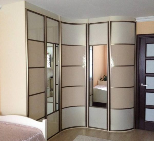 Шкаф для спальни с вогнутым фасадом.