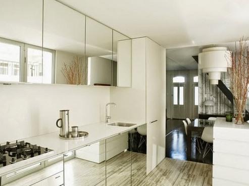 Шкафчики с зеркальными фасадами.