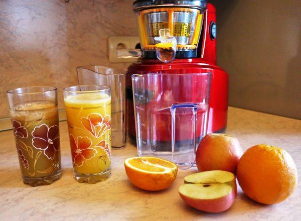 Шнековый аппарат не нагревает выдавливаемый сок, как это делает центробежная соковыжималка, благодаря чему сохраняет его витаминную ценность