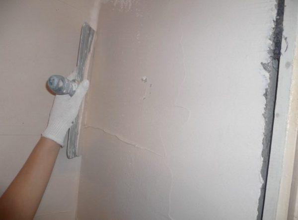 Шпаклевка на основе гипса позволяет получить идеально гладкую белую поверхность стен или потолков