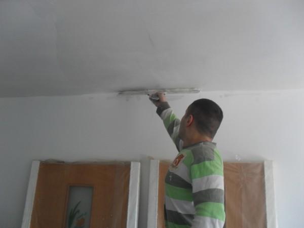 Шпаклевка равномерно растягивается по потолку