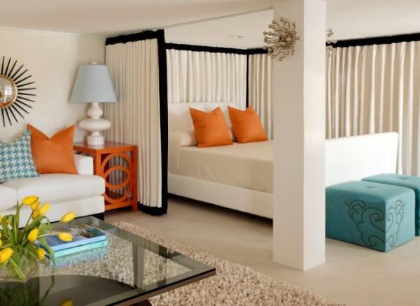 Шторка может полностью закрыть или полностью открыть импровизированную спальню