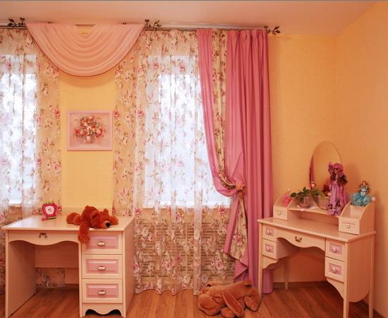 Шторы в комнате для девочки