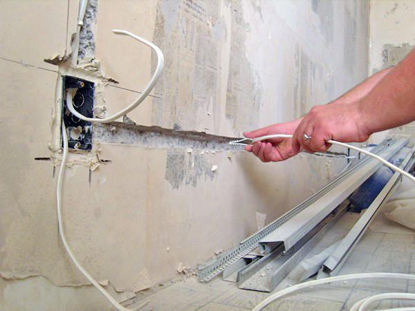 Штробы позволяют скрыть проводку и защитить ее от влаги