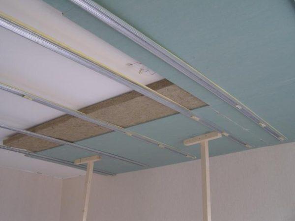Шумоизоляция для потолка чаще всего укладывается под каркас, но можно провести работы и без специальной конструкции