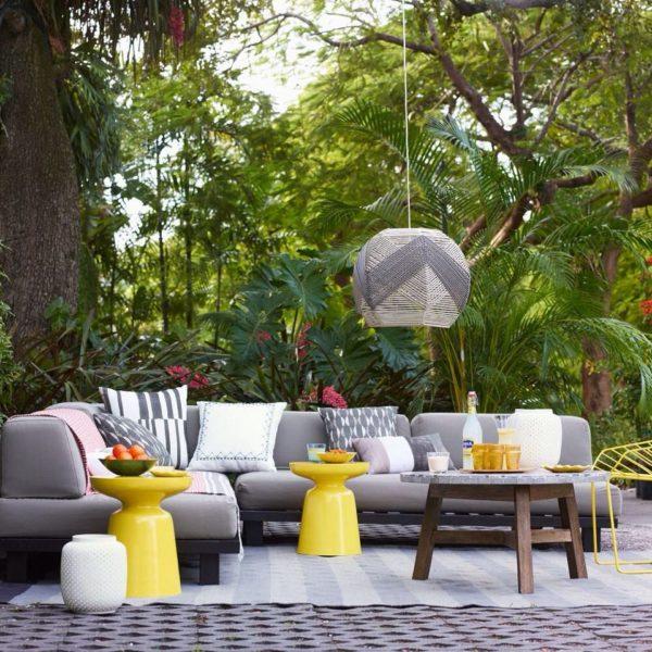 Симпатичные вазы способны выгодно оживить обстановку внутреннего дворика