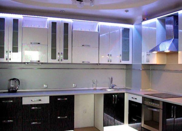 Скрытая подсветка по контуру шкафов подчеркнет красоту и оригинальность мебели.