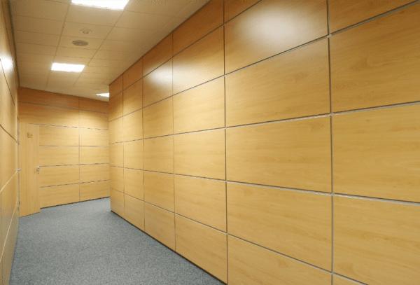 СМЛ-панели с виниловым покрытием особенно уместны в коридорах и других помещениях с высокой проходимостью.