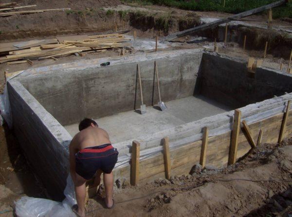 Снаружи резервуар тоже требует защиты от контакта с грунтовыми водами