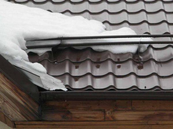 Снегозадержатели предотвращают лавинообразный сход снега с крыши