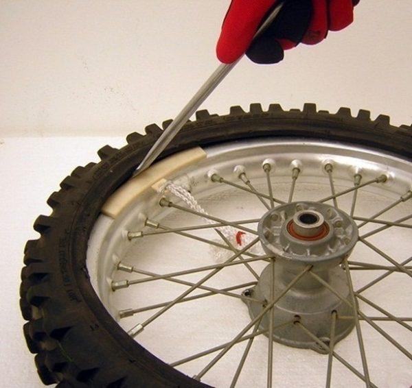 Снятие шины с диска своими руками производится с помощью монтажек соответствующего размера