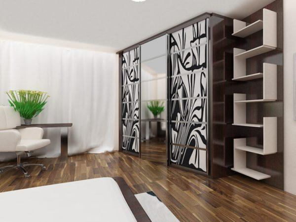Сочетание купейного шкафа с открытыми стеллажами в современном интерьере
