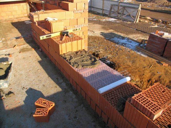 Сочетание прочности и небольшого объемного веса позволяет использовать материал для однорядной кладки стен