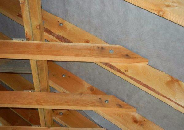 Соединение ригелей со стропилами: доски стянуты болтом и гайкой с широкими шайбами.