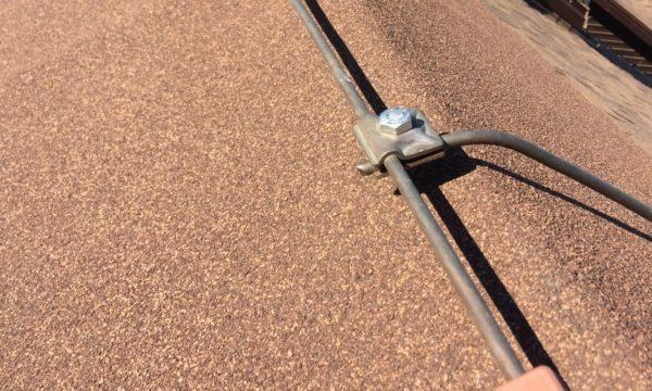 Соединение с молниеприемным тросом выполняем с помощью. Зажимной муфты