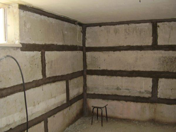 Составом можно обрабатывать как всю поверхность, так и ее отдельные части, например, швы между фундаментными блоками