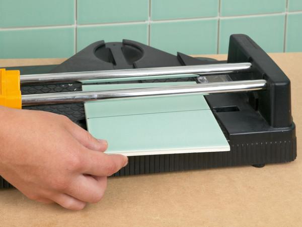 Совместите метку со стрелкой на основании инструмента