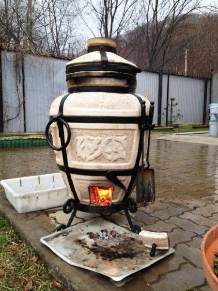 Современная мобильная печь со стальной обвязкой и поддувалом.