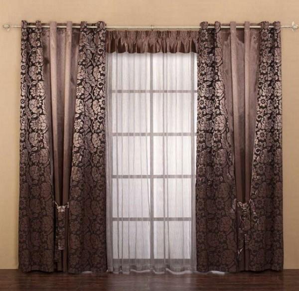 Создается впечатление, что окно за шторами шире, чем на самом деле