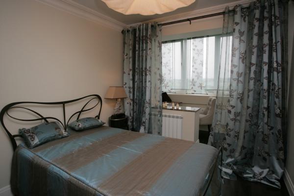 Спальня, объединенная с утепленной лоджией.