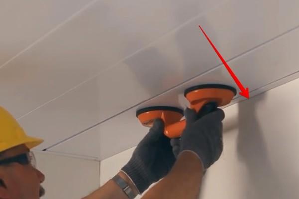 Специалисты для заведения панели используют присоску, но можно обойтись и без нее
