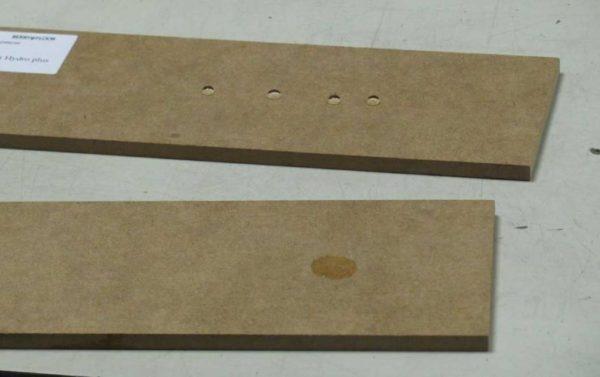 Сравнение плиты с пропиткой (сверху) и без нее (снизу). В первом случае основание не намокает, поскольку влага остается на поверхности