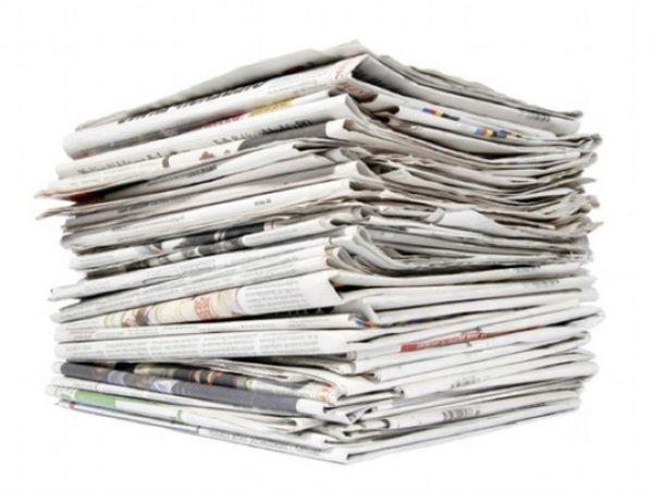 Старые газеты — основной материал изготавливаемой корзины, благодаря которому цена её изготовления выходит невероятно низкой