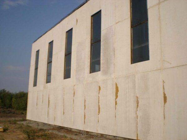 Стекломагнезитовый (еще его называют стекломагниевый) лист настолько прочен, что его используют даже для отделки фасадов