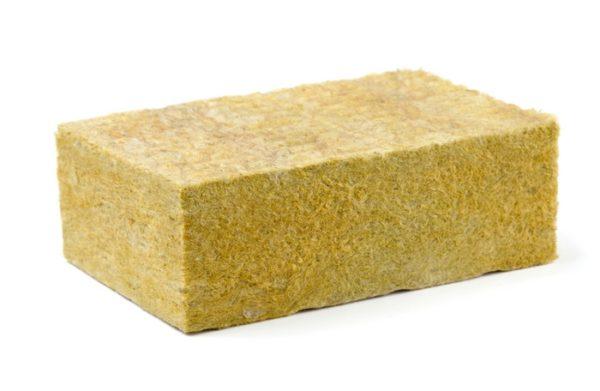 Стекловата производится из того же сырья, что и обычное стекло: песка, известняка, буры и соды