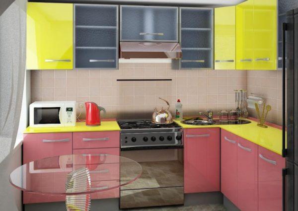 Стеклянная мебель и отражающие свет фасады гарнитура для маленькой кухни — оптимальное решение, зрительно увеличивающее пространство