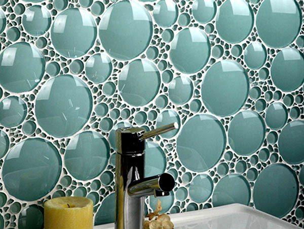 Стеклянная отделка не боится влаги — это позволяет использовать ее в ванной и на кухне