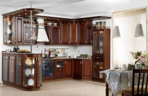 Стеклянные витражи на дверцах шкафов как одна из деталей классического дизайна.