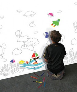 Стены в детской, оклеенные обоями
