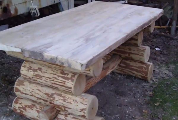 Стол из бревен отлично подойдет для участка, оформленного в русском стиле