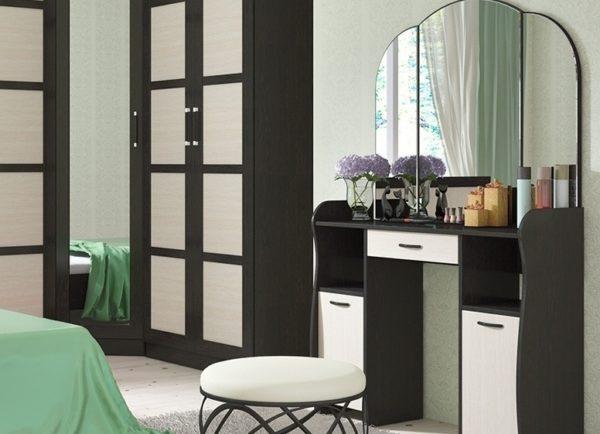 Стол туалетный поделился с трельяжем поверхностью для хранения вещей