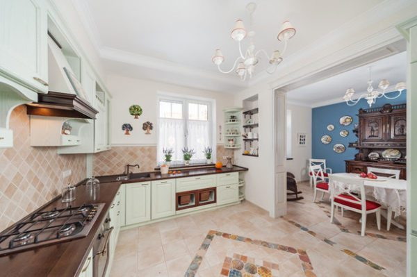 Столовую от кухни визуально отделили рисунком напольной плитки