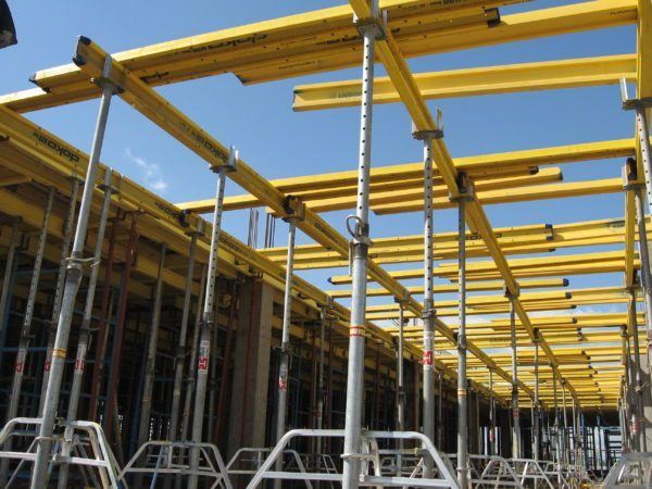 Стойки для опалубки следует выбирать с тем расчётом, чтобы они смогли выдержать весь вес конструкции и заливаемого бетона