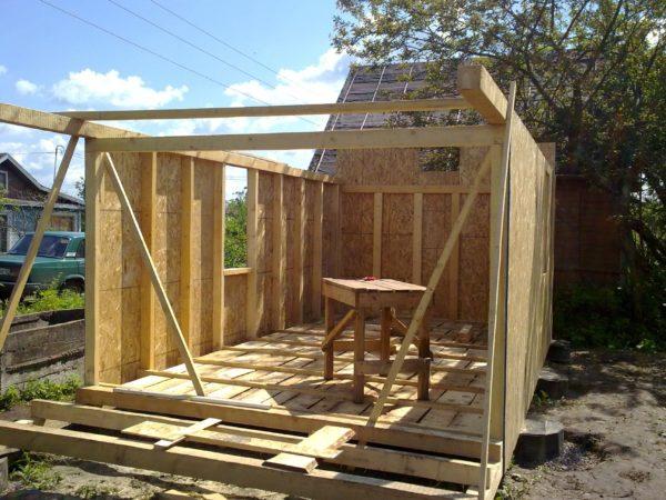 Строительство каркасного сарая: стены усилены дополнительными стойками.