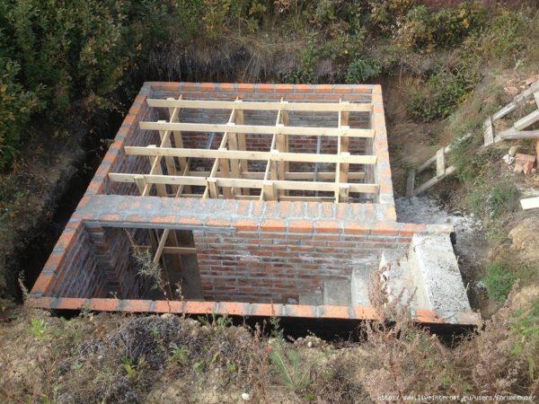 Строительство заглубленного погреба из кирпича с маршевой лестницей.